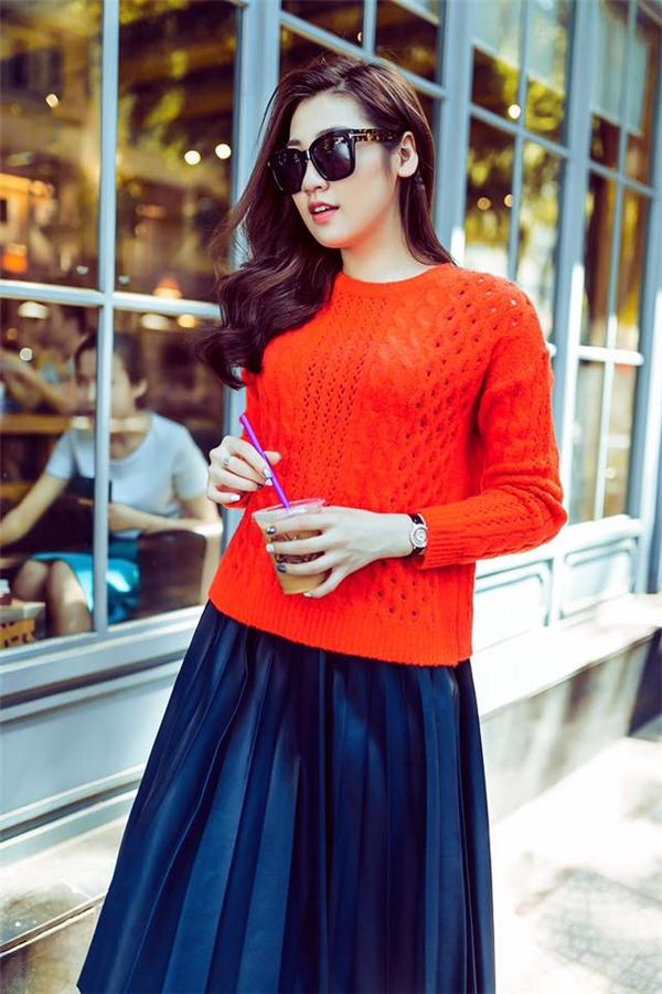Tú Anh lăng mốt xếp li trong bộ trang phục dạo phố gần đây. Tông đỏ cam nồng nàn giúp Á hậu Việt Nam 2012 thu hút mọi sự chú ý giữa phố đông người.