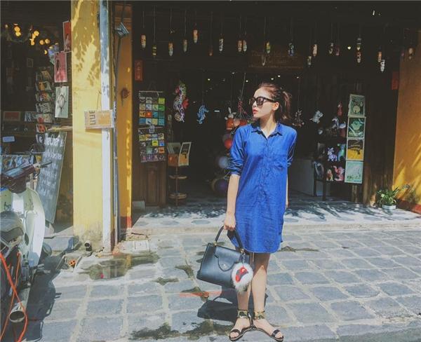 Kỳ Duyên khoe khéo chân dài trong chiếc váy lấy phom từ áo sơ mi truyền thống. Tuy nhiên, thay vào chiếc túi xách cỡ to trên, một chiếc balo nhỏ xinh hay túi đeo chéo sẽ phù hợp hơn với bộ trang phục mà Hoa hậu Việt Nam 2014 đang diện.