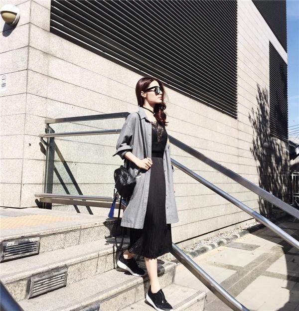 Diễm My 9X nổi bật và thu hút với hai gam màu đen, xám trên nền những chất liệu gợi cảm như voan, ren, lụa. Mặc dù diện bộ trang phục khá điệu đà nhưng Diễm My lại kết hợp cùng loạt phụ kiện cá tính, mạnh mẽ.