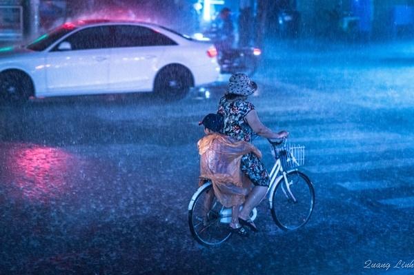 Cận cảnh hai mẹ con trong chiều mưa. (Ảnh: Internet)