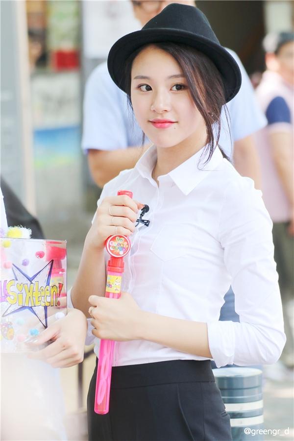 """Chaeyoung cũng là """"át chủ bài"""" nhan sắc của Twice,nhận được nhiềusự chú ý từfan vàcư dân mạng. Đúng với lĩnh vực sở trường và vai trò rapper của nhóm, cô nàng hớp hồnfan bằng vẻ đẹp cá tính, mạnh mẽ cùng phong thái tự tin, trưởng thành hơn so với các bạn cùng trang lứa."""