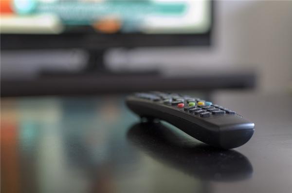 Điều khiển TV và nút bật tắt của đèn ngủ đầu giường chính là những thứ bẩn nhất. Một nghiên cứu gần đây cho thấy hai vật dụng này được sờ vào nhiều nhất trong phòng, do đó chúng chứa một lượng vi khuẩn khổng lồ đang chực chờ tấn công bạn đấy.(Ảnh: Internet)