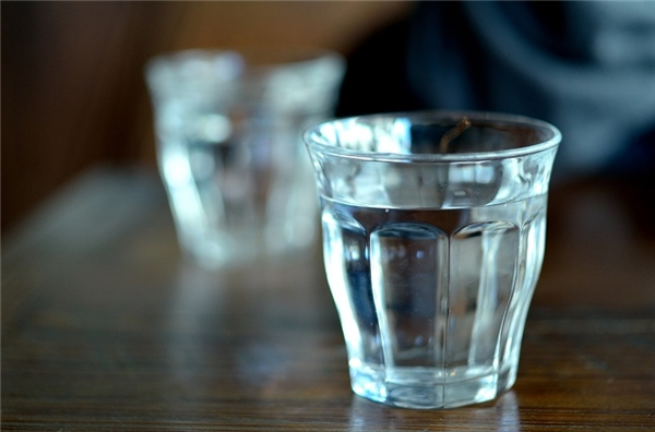 Kênh Fox News tiết lộ rằng rất nhiều người dọn phòng không hề rửa những chiếc cốc thủy tinh đặt trong nhà vệ sinh bằng xà phòng trước khi lượt khách mới đến. Vì vậy, nên tận dụng chai nước khoáng sau khi dùng xong để thay thế cho cốc súc miệng.(Ảnh: Internet)