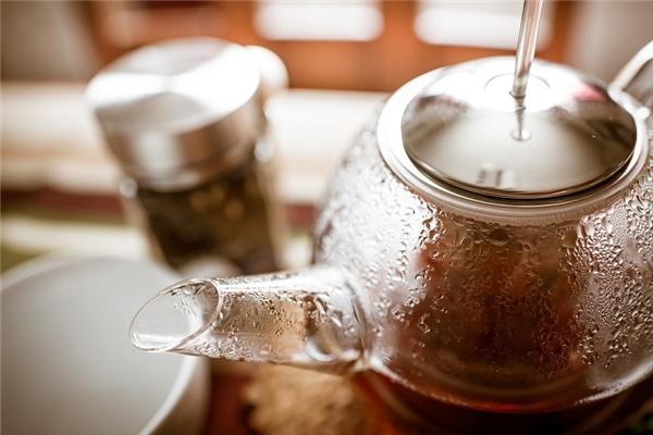 Trong thực tế, khá nhiều người dọn phòng chẳng thèm rửa bình trà dù nó có được sử dụng qua hay không. Một khách sạn ở Cincinnati, bang Ohio, Mĩ đã bị phát hiện sử dụng dung dịch tẩy rửa nấm mốc để rửa bình trà, thậm chí một đoạn video còn cho thấy người dọn phòng đã dùng chiếc khăn lau sàn nhà vệ sinh để lau bình trà.(Ảnh: Internet)
