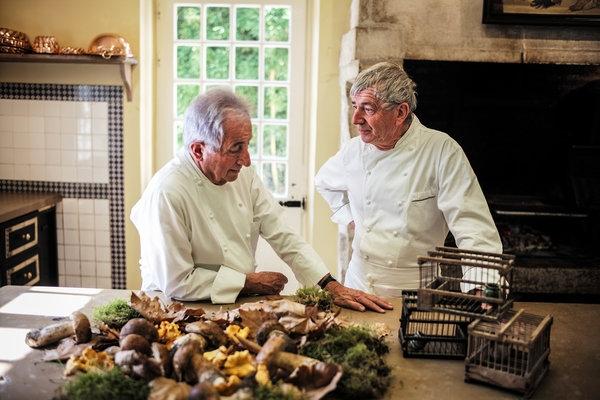 Michel Guérard (trái) và Jean Coussau là 2 trong số những đầu bếp Pháp kêu gọi bỏ lệnh cấm giết chim họa milàm thức ăn.(Ảnh: Internet)