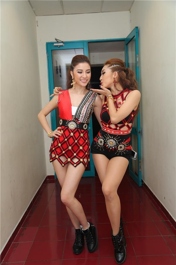 """Nụ hôn gió của hai cô nàng """"hot"""" nhất nhì đêm diễn khiến nhiều fan nam phải """"khóc ròng"""" - Tin sao Viet - Tin tuc sao Viet - Scandal sao Viet - Tin tuc cua Sao - Tin cua Sao"""