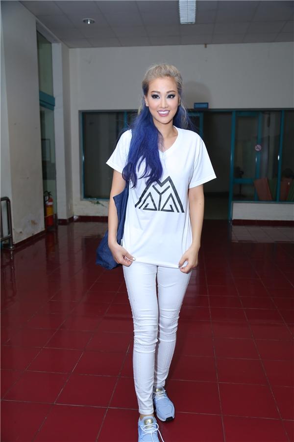 Maya mặc chiếc áo có in logo được thiết kế độc đáo theo tên của chính mình. Cô gây bất ngờ khi xuất hiện với mái tóc xanh nổi bật. - Tin sao Viet - Tin tuc sao Viet - Scandal sao Viet - Tin tuc cua Sao - Tin cua Sao