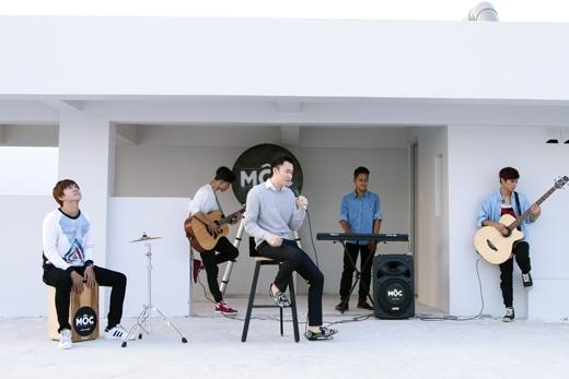 Xuất hiện trong Mộc (Unplugged), nam ca sĩ diện chiếc áo sơ mi trắng thư sinh cùng áo len màu nhạt trông rất thu hút
