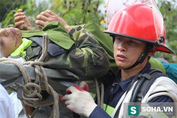 Cứu nạn nhân rơi xuống hang động sâu ở Lai Châu