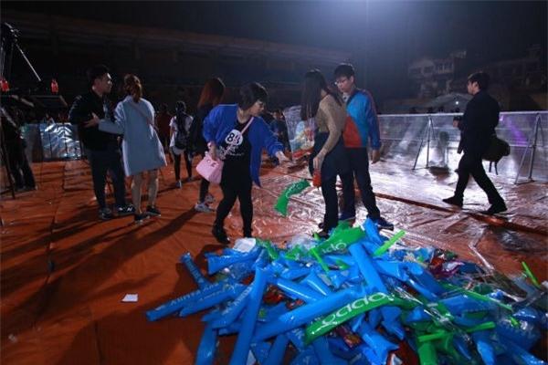 """Fan Sơn Tùng """"hò"""" nhau nhặt rác sau liveshow của thần tượng - Tin sao Viet - Tin tuc sao Viet - Scandal sao Viet - Tin tuc cua Sao - Tin cua Sao"""