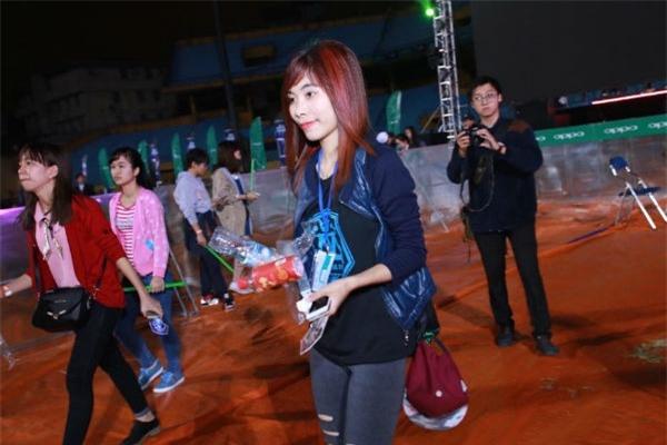 Theo chia sẻ của một bạn fan của Sơn Tùng có mặt trong đêm nhạc, việc nhặt rác đã được các thành viên trong FC lên kế hoạch từ trước nhằm giữ gìn sân vận động Hàng Đẫy được sạch sẽ như ban đầu. - Tin sao Viet - Tin tuc sao Viet - Scandal sao Viet - Tin tuc cua Sao - Tin cua Sao