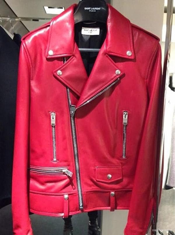 Bộ trang phục này của Sơn Tùng có giá hơn 200 triệu đồng. Trong đó, chiếc áo khoác da có giá hơn 110 triệu đồng và thuộc về thương hiệu Saint Laurent.