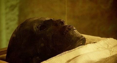 """Lời nguyền của Pharaoh Tutankhamunxuất phát từ truyền thuyết người nào đánh thức giấc ngủ ngàn thu của vị hoàng đế này sẽ chịu kết cục bi thảm. Lời nguyền: """"Bất cứ kẻ nào vào mộ với tâm hồn đen tối, ta sẽ bóp cổ hắn như bóp một con chim"""" được khắc bên trong các lăng mộ Ai Cập. Và khi các chuyên gia tìm thấy lăng mộ của pharaoh Tutankhamun thì cũng là lúc lời nguyền này ứng nghiệm."""