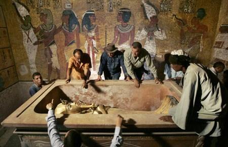 Tuy nhiên, sau đó lời nguyền xác ướp của Pharaoh Tutankhamun dường như trở thành sự thật khi nhiều người có liên quan đến vụ khai quật vị vua huyền thoại trên chết một cách bí ẩn. Trong số các nạn nhân chết vì lời nguyền đó nổi bật là nhà tài trợ cho cuộc khai quật Lord Carnarvon cũng không thoát được kiếp nạn.
