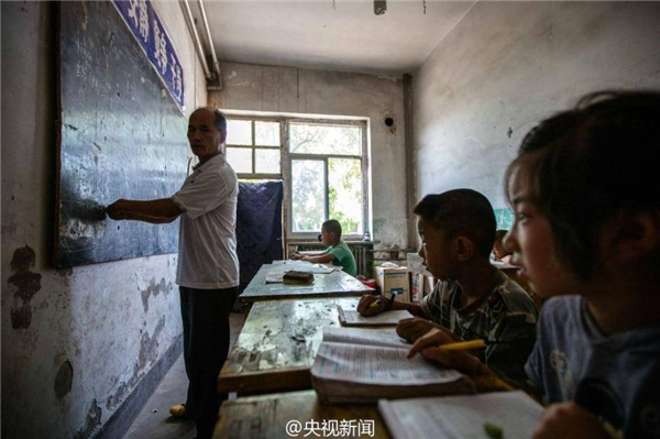 Thầy Chen Hai Ping dù bị khuyết tật nhưng vẫn kiên trì đứng lớp. Ảnh: Internet