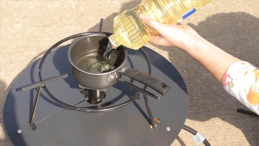 Phản ứng bùng cháy bất ngờ khi dùng nước để dập lửa từ dầu ăn