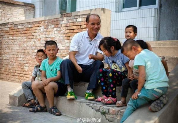 Thầy Chen Hai Ping và bọntrẻ. (Ảnh: Internet)