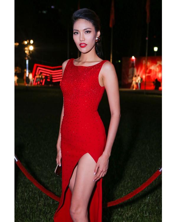 Trong những ngày đầu năm 2016, hàng loạt đêm tiệc đã được diễn ra thu hút nhiều tên tuổi trong làng giải trí Việt. Trong một sự kiện vừa qua tại TP.HCM, Lan Khuê xuất hiện vô cùng nổi bật với bộ váy xẻ tà gợi cảm có tông đỏ nổi bật. Thiết kế trở nên bắt mắt hơn bằng những chi tiết đính kết kì công trải dài trên khắp thân váy.