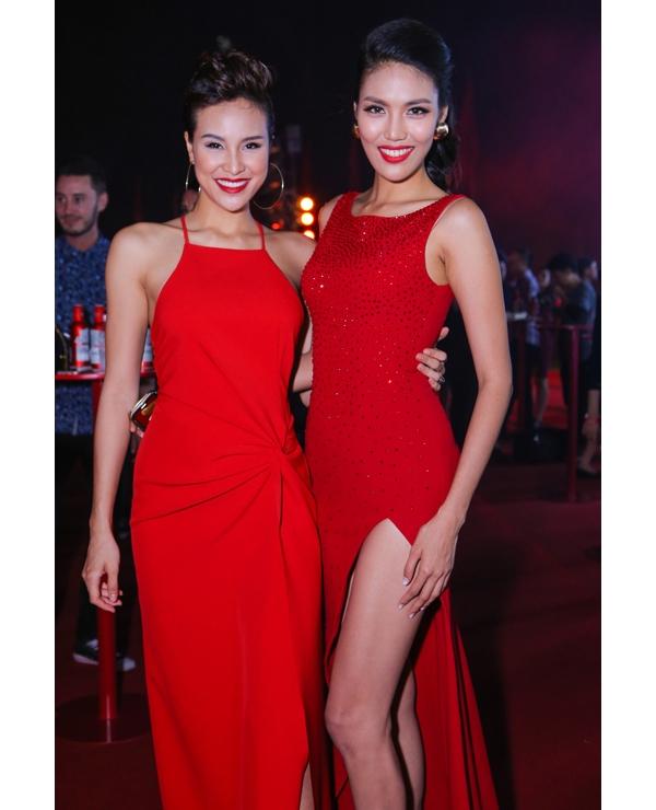 Lan Khuê đọ dáng với Phương Mai cũng với trang phục màu đỏ nổi bật.
