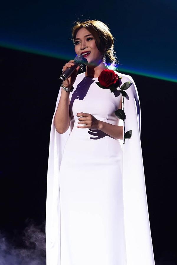 Bộ váy màu trắng của Mỹ Tâm cũng giúp cô trông thanh lịch, sang trọng trên sân khấu Duyên dáng Việt Nam.