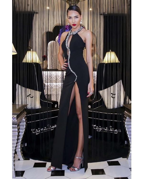 Minh Triệu khoe khéo thân hình gợi cảm cùng chiều cao lí tưởng trong bộ váy đen cắt xẻ táo bạo. Những đường viền ánh bạc càng giúp thiết kế thêm phần lộng lẫy, bắt mắt.