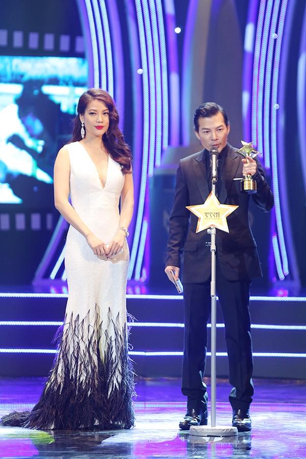 Trương Ngọc Ánh gợi cảm, sang trọng nhưng không kém phần trẻ trung khi diện bộ váy trắng ôm sát điểm xuyết phần lông đính kết tương phản trên sân khấu trao giải thưởng Ngôi sao xanh 2015.