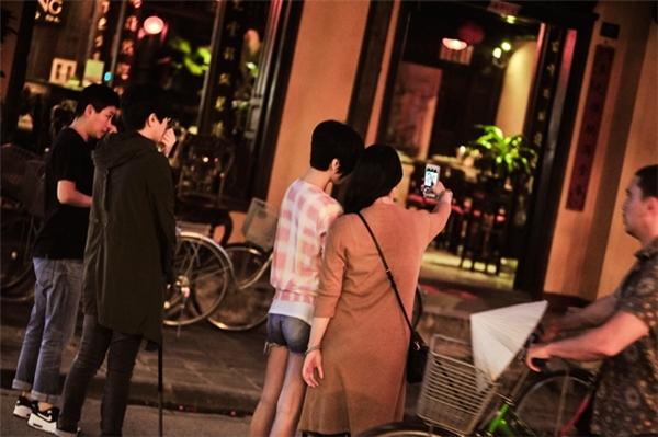 Nhiều người hâm mộ nhận ra và xin chụp hình cùng nữ diễn viên TVB. - Tin sao Viet - Tin tuc sao Viet - Scandal sao Viet - Tin tuc cua Sao - Tin cua Sao