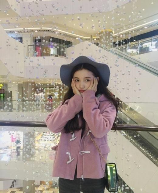 ...nhưng thật ra cô chỉ sinh ra trong một gia đình bình thường, 2 chị của Tiểu Trạch đã đi làm nên thường đưa cô đi chơi ở nhiều nơi, quần áo của Tiểu Trạchcũng hầu hếtlà dùng chung với 2 chị của mình. (Nguồn Weibo)