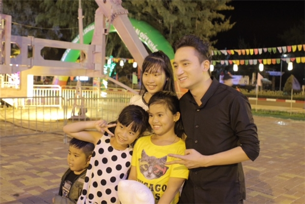 Phan Mạnh Quỳnh cực thân thiệnchụp ảnh lưu niệm cùng fan nhí. - Tin sao Viet - Tin tuc sao Viet - Scandal sao Viet - Tin tuc cua Sao - Tin cua Sao