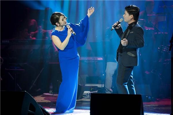 Trong đêm nhạc thứ hai, chiếc váy tông xanh đơn giản, nhẹ nhàng, từng giai điệu ngọt ngào về tình yêu vang lên như thu gọn mọi cảm xúc của người xem vào tận đáy tâm hồn.