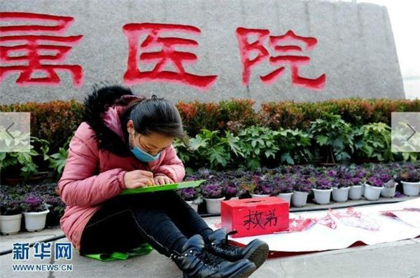 Cô gái miệt mài cắt giấy kiếm tiền với hi vọng chữa bệnh cho anh trai. (Ảnh: News.cn)