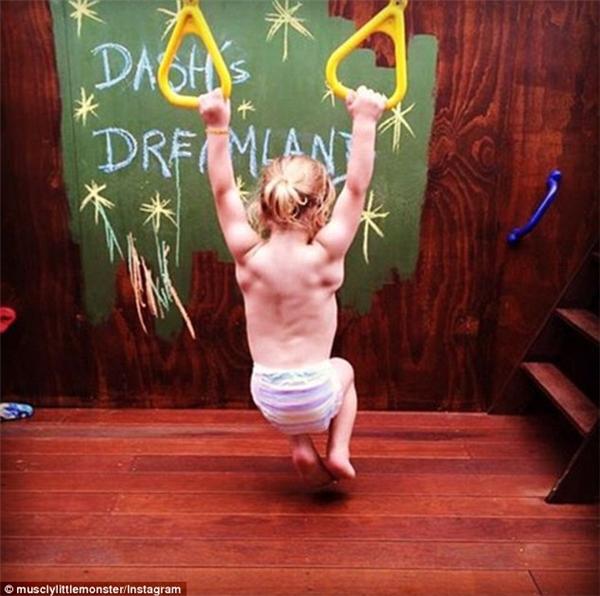 Cậu bé có thân hình cơ bắp nổi cuồn cuộn. (Ảnh: Daily Mail)