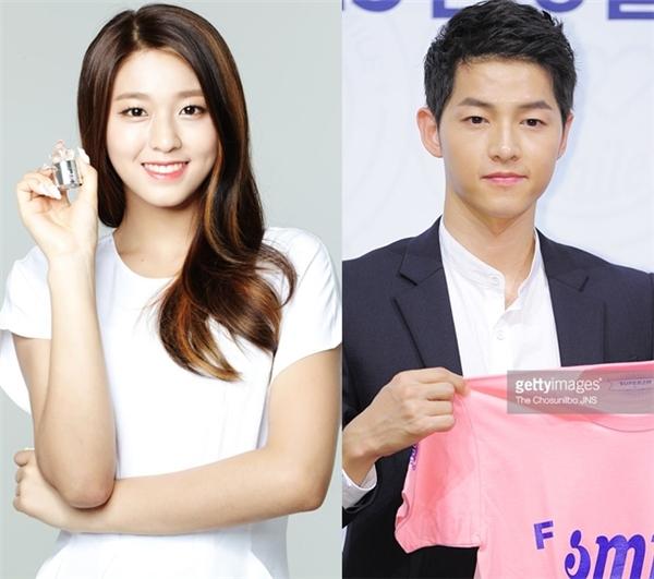 """Dù đã bước sang tuổi 30 nhưng Song Joong Ki vẫn thừa sức """"đốn tim"""" khán giả nữ nhờ gương mặt điển trai """"búng ra sữa"""" cùng nụ cười hồn nhiên, ấm áp. Đây cũng là chính đặc điểm khiến Seolhyun (AOA)bị thu hút. Nữ thần tượng không chỉ chọn nam diễn viên Nice Guy làm hình mẫu bạn trai lí tưởng và mong có cơ hội được hợp tác với anh một ngày không xa."""