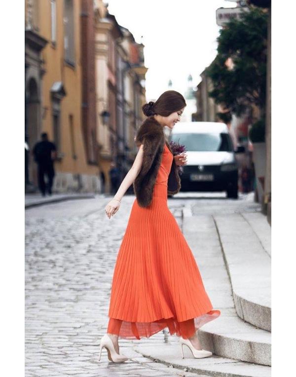 Bộ váy này đã từng được áhậu Diễm Trang diện cách đây khá lâu. Trong tiết trời lạnh của đất nước Ba Lan, Á hậu Việt Nam 2014 còn kết hợp thêm áo khoác lông bên ngoài. So với Phạm Hương, Diễm Trang vẫn không hề kém cạnh.