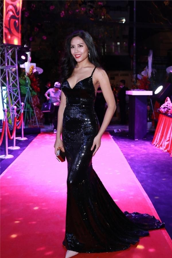 Nếu như Thúy Vân mang đến sự mảnh mai, thanh lịch khi diện bộ váy đen đuôi cá thì Nguyễn Thị Loan lại gợi cảm, hiện đại hơn với số đo ba vòng nóng bỏng.