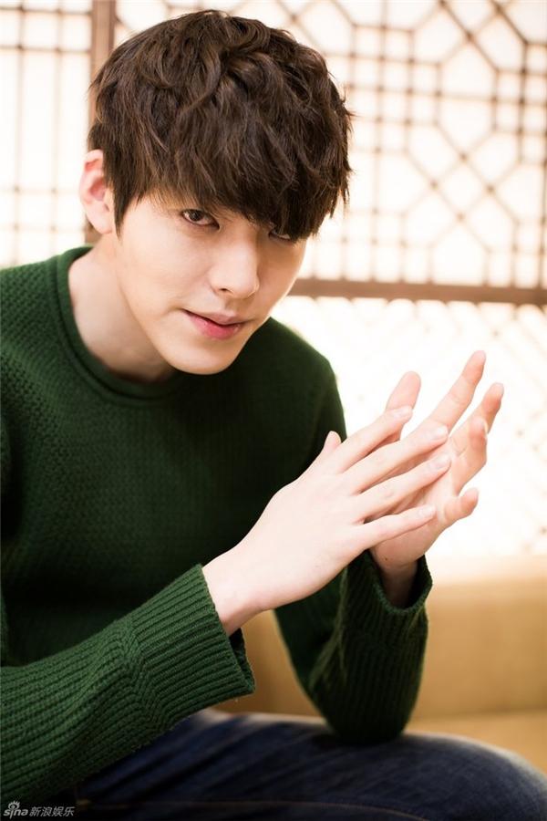 Đối với bạn gái, Kim Woo Bin không có yêu cầu về vấn đề tuổi tác, chỉ cần nhỏ tuổi hơn bố mẹ của anh. Đặc biệt, người ấy phải sở hữu nụ cười tỏa nắng, lan tỏa niềm vui đến người đối diện. So với những tiêu chuẩn trên, bạn gái Shin Min Ah hoàn toàn là sự lựa chọn hoàn hảo của nam diễn viên.