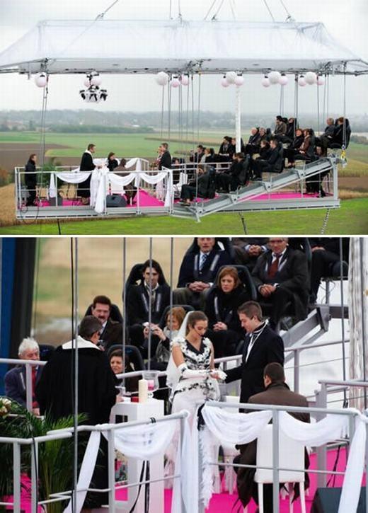 Cặp đôi Jeroen và Sandra Kippers đang sống tại Brussels, Bỉ đã quyết định tổ chức lễ cưới ở độ cao 49m. Một lễ đường thu nhỏ, trong đó có đầy đủ khán đài, cha xứ và quan khách được chiếc cần cẩu nâng lên. Chi phí cho đám cưới này lên đến 25.000 bảng (khoảng 818 triệu đồng). (Ảnh: Internet)