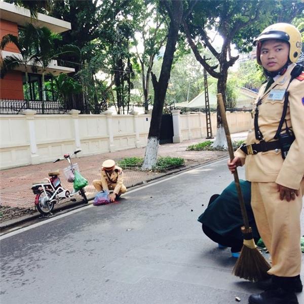 Hình ảnh ghi lại hành động đẹp của chiến sĩ cảnh sát giao thông khiến cư dân mạng cảm động. Ảnh FBNV