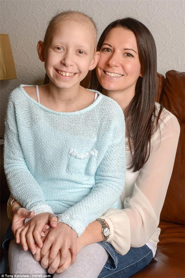 BéEvieđang phải điều trị trong bệnh viện vì một căn bệnh ung thư máu hiếm gặp. (Ảnh: Internet)
