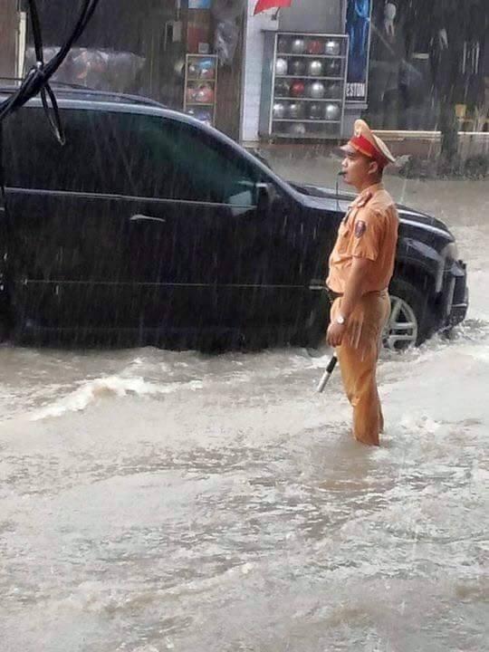 Trong các trận bão lũ, người dân thường xuyên bắt gặp các CSGT dầm mưa để phân luồng giao thông, giúp đỡ các tài xế đẩy những chiếc xe chết máy... Ảnh: Internet