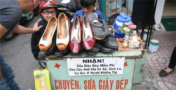 Chốn thành thị nàycòn là nơi con người ta trao đilòng tốt,nhưng không mong nhận lạimột cách khó tin, như chàng trai 18 tuổi Nguyễn Bá Cường chuyên nhận sửa giày dép miễn phí cho những người có hoàn cảnh đặc biệt. (Ảnh: Internet)
