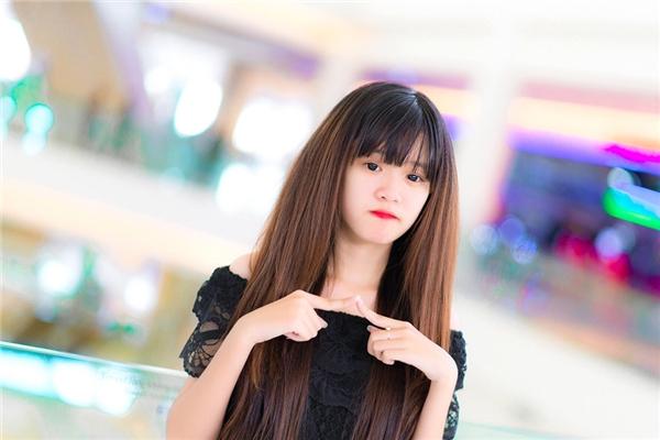 Cô bạnNgô Thùy Trâm(sinh năm 1999) hiện đang sinh sống và học tập tại Đồng Nai được bạn bè yêu mến khi liên tục xuất hiện trong những shoot hình dễ thương, nhí nhảnh.
