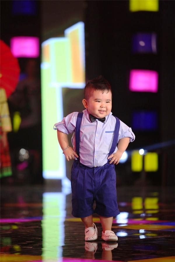 """Ngay từ màn """"chào sân"""" ở tập 1 của chương trình, Ku Tin đã khiến toàn bộ khán phòng òa lên thích thú khi thể hiện một ca khúc dân ca quen thuộc, không quên """"tặng thêm"""" điệu nhảy Gangnam style đình đám."""