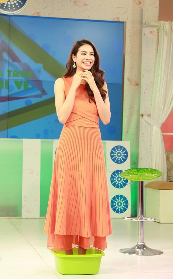 """Biểu cảm dễ thương của """"Hoa hậu Hoàn vũ Việt Nam"""" khi phải đứng trong chậu chứa lươn sống và trả lời các câu hỏi của MC. - Tin sao Viet - Tin tuc sao Viet - Scandal sao Viet - Tin tuc cua Sao - Tin cua Sao"""