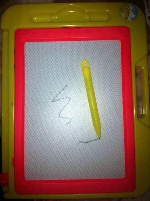 Nếu bảng đen phấn trắnglà để học đếm số, viết chữ thì tấm bảng trắng này là để nơi để tài năng hội họa bẩm sinh của trẻ em lên ngôi. (Ảnh: Internet)