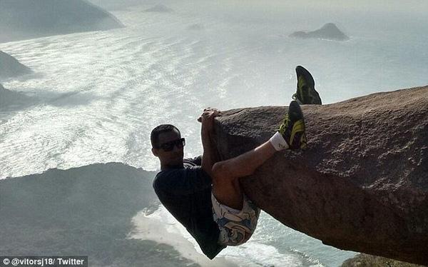 Ai cũng tưởng người đàn ông đang mạo hiểm, đánh cược cả tính mạng của mình vì chỉ trượt tay là rơi xuống biển sâu.
