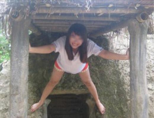 """Hình ảnh phản cảm cô gái mặc quần đùi dạng chân tay trên cửa Hầm của Thiếu tướng Hoàng Văn Thái ở Sở chỉ huy chiến dịch Điện Biên Phủ, xã Mường Phăng từngbị dân mạng""""ném đá"""" dữ dội. (Ảnh Internet)"""