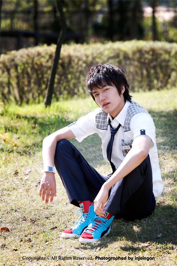 Cùng với nhiều diễn viên nổi tiếng hiện nay, Lee Min Ho cũng là một trong những ngôi sao nổi lên nhờ sitcom Nonstop đình đám. Khi đó, ngoại hình nổi bật cùng vẻ ngoài mĩ nam đã giúp anh giành về vai chính làm nên tên tuổi trong Boys Over Flowers.