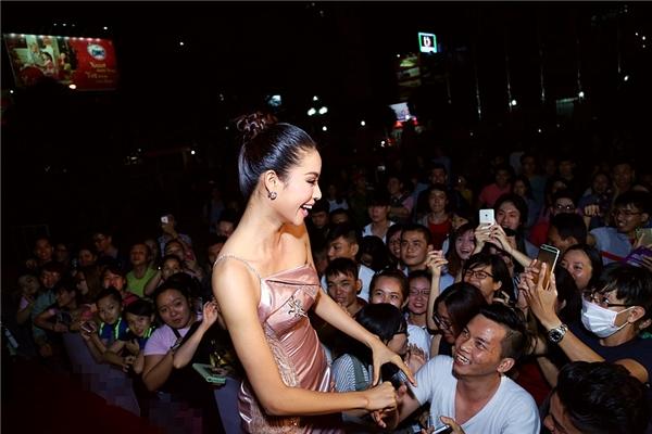 Cô nhận được đông đảo sự quan tâm từ phía khán giả. Nụ cười thân thiện và rạng rỡ của Phạm Hương càng làm cho mọi người thêm yêu cô hoa hậu này. - Tin sao Viet - Tin tuc sao Viet - Scandal sao Viet - Tin tuc cua Sao - Tin cua Sao