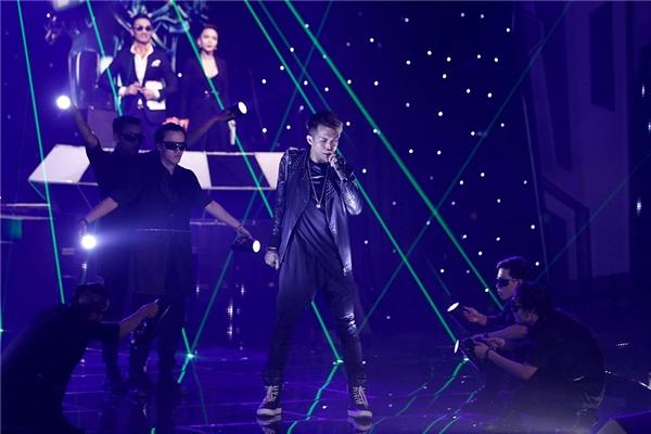 Đọ gu thời trang các nam thần trên sân khấu The Remix